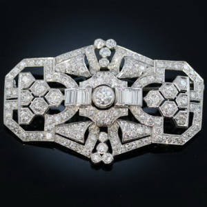 Antique brooches between €5000 and €10000