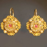 Charming frivolous gold Victorian earrings from the antique jewelry collection of www.adin.be