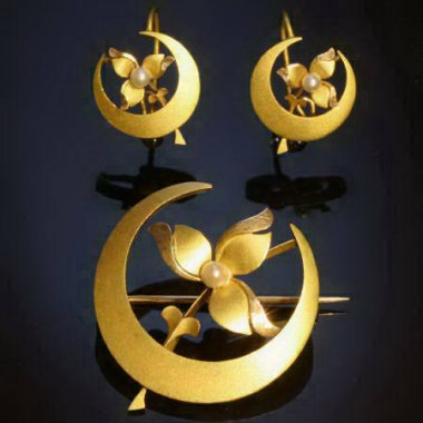 Victorian crescent moon flowery gold set, earrings and brooch from the antique jewelry collection of www.adin.be