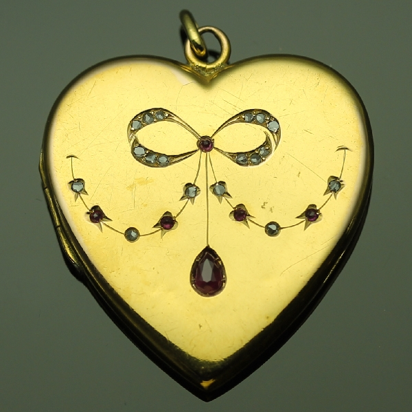 antique-and-estate-pendants-with-red