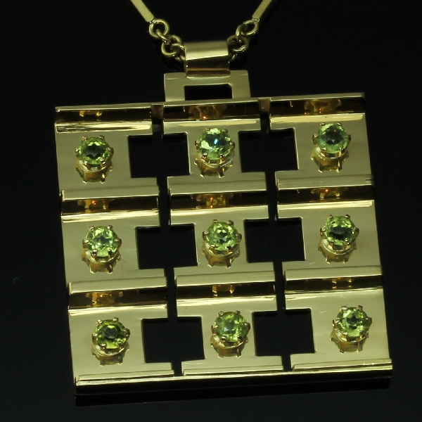 antique-and-estate-pendants-with-green